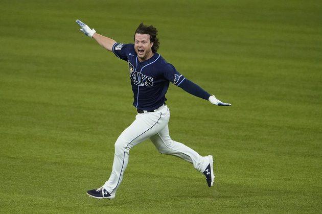 Brett Phillips oslavuje vítězství nad Dodgers. Právě po jeho odpalu Tampa vybojovala vítězný bod.
