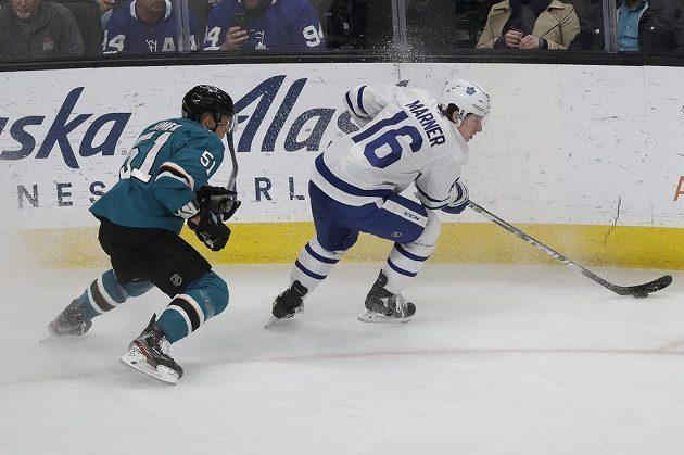 Hokejista Toronta Maple Leafs Mitchell Marner (16) se snaží uniknout Radimu Šimkovi z týmu San Jose Sharks.