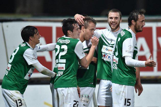 Autor druhého gólu Luděk Pernica (uprostřed) se raduje se spoluhráči.