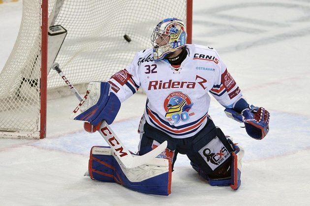 Brankář Vítkovic Patrik Bartošák inkasuje první gól.