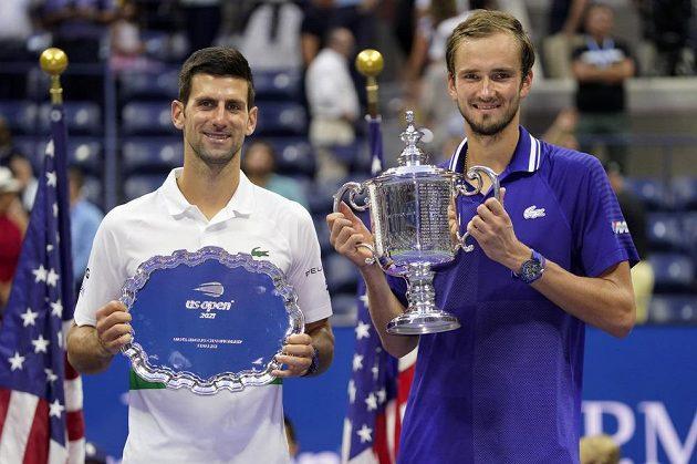 Vítěz tenisového US Open Daniil Medveděv z Ruska /vpravo) a Srb Novak Djokovič.