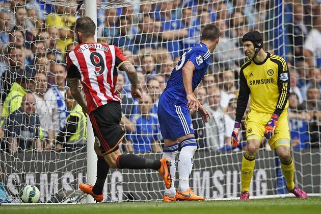 Steven Fletcher ze Sunderlandu (vlevo) se raduje. Vstřelil gól brankáři Chelsea Petru Čechovi (vpravo). Uprostřed stoper Blues John Terry.