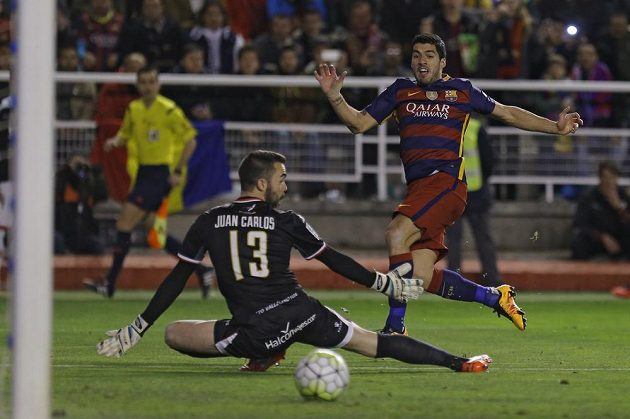 Barcelonský útočník Luis Suárez (vpravo) se snaží překonat brankáře Vallecana Juana Carlose Martína v zápase 27. kola španělské ligy.
