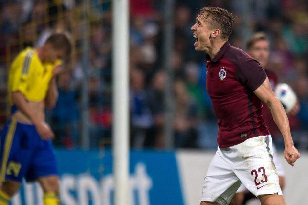 Sparťan Josef Šural oslavuje gól Václava Kadlece (není na snímku) během utkání ve Zlíně.