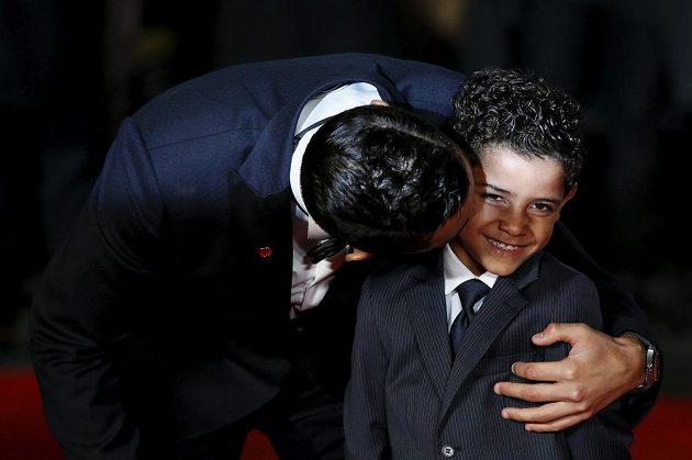Cristiano Ronaldo dává pusu svému synovi, který nese jeho jméno.