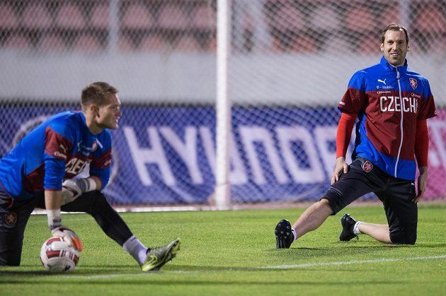 Brankáři Petr Čech (vpravo) a Tomáš Vaclík na tréninku české fotbalové reprezentace před přípravnými duely se Srbskem a Polskem.