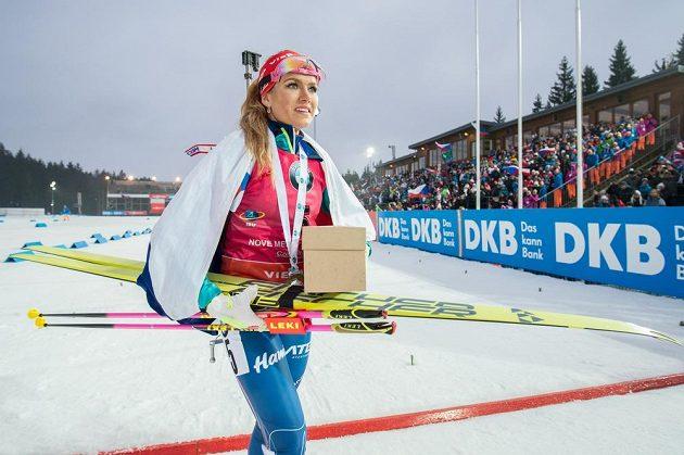 Gabriela Koukalová ze zlatou medailí za vítězství v závodu s hromadným startem na 12,5 km žen v Novém Městě na Moravě.