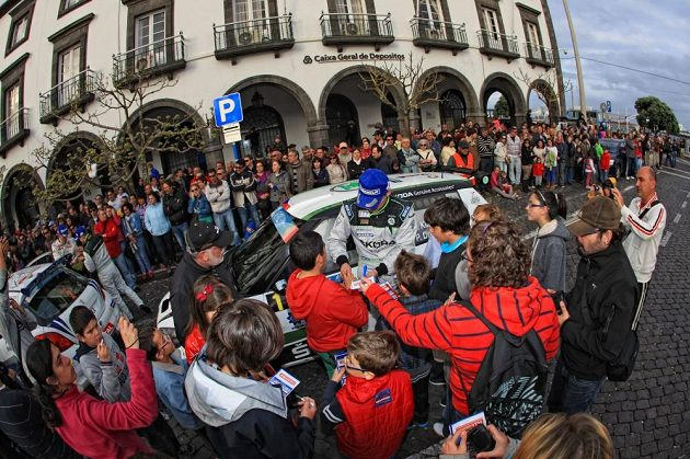 Jan Kopecký coby vítěz Rallye Azory 2013 rozdává podpis v Ponta Delgada.
