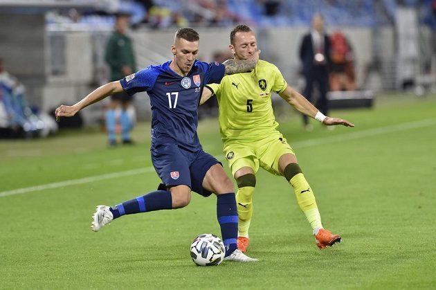 Zleva Lukáš Haraslín ze Slovenska a Vladimír Coufal z České republiky v duelu Ligy národů v Bratislavě.