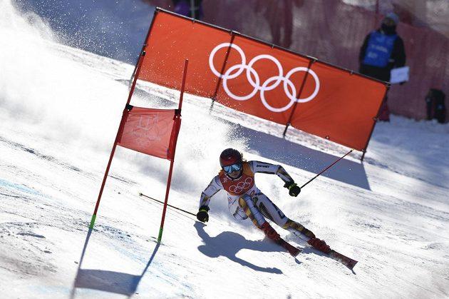 Ester Ledecká na trati 1. kola olympijského obřího slalomu.