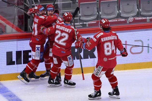 )Hráči Třince se radují z druhého gólu.