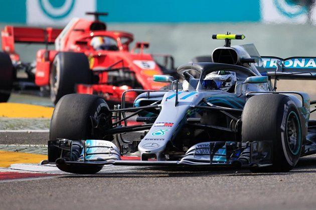 Finský pilot Valtteri Bottas před německým soupeřem Sebastianem Vettelem při čínské Grand Prix.