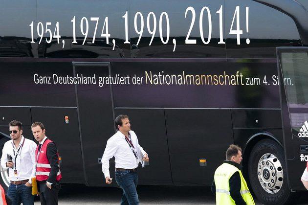 Autobus vyzdobený slavnými německými fotbalovými letopočty byl připraven na berlínském letišti Tegel pro zlatý tým.