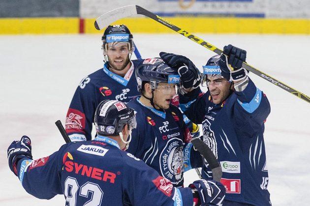 Petr Jelínek (vpravo) z Liberce oslavuje se spoluhráči svůj gól proti Hradci Králové.