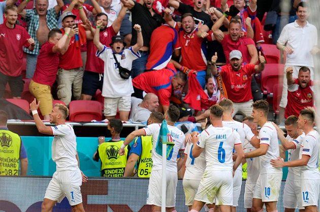 Tomáš Holeš slaví se svými spoluhráči první gól do sítě Nizozemska