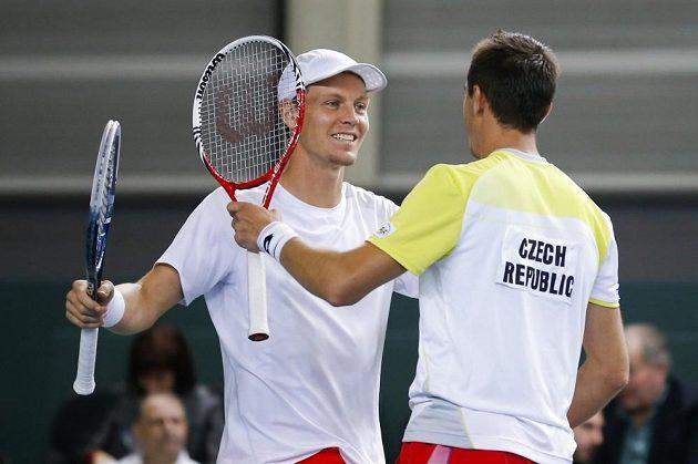 Čeští tenisté Tomáš Berdych (vlevo) a Lukáš Rosol se radují z výhry nad švýcarským párem Stanislav Wawrinka, Marco Chiudinelli.