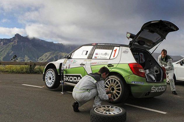 Posádky továrního týmu Škoda Motorsport Jan Kopecký (vlevo) a navigátor Jan Dresler mění kolo během Rallye Kanárské ostrovy.