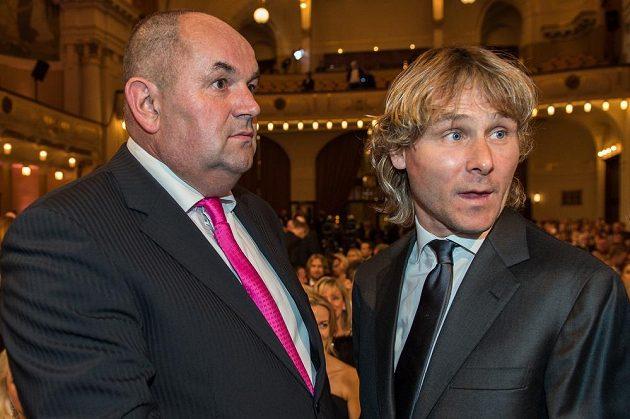 Miroslav Pelta (vlevo) a Pavel Nedvěd během vyhlášení ankety Fotbalista roku 2015 v Obecním domě v Praze.