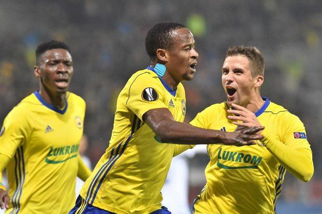 Fotbalisté Zlína se radují z gólu proti Kodani, uprostřed střelec Dame Diop.