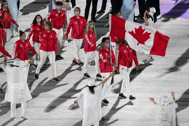 Kanadská výprava nastupuje na Olympijský stadion během zahajovacího ceremoniálu LOH 2021 v Tokiu.