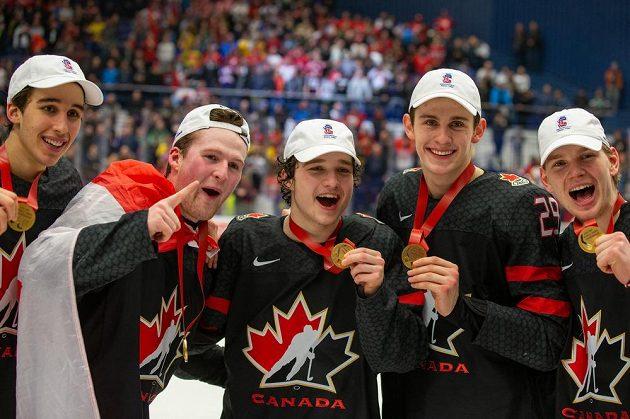 Hokejisté Kanady slaví finálové vítězství a zisk zlatých medailí.