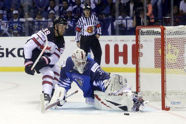Kanadský hokejista Anthony Mantha v akci před brankou Suomi na mistrovství světa. Branku Finska hájil Kevin Lankinen.