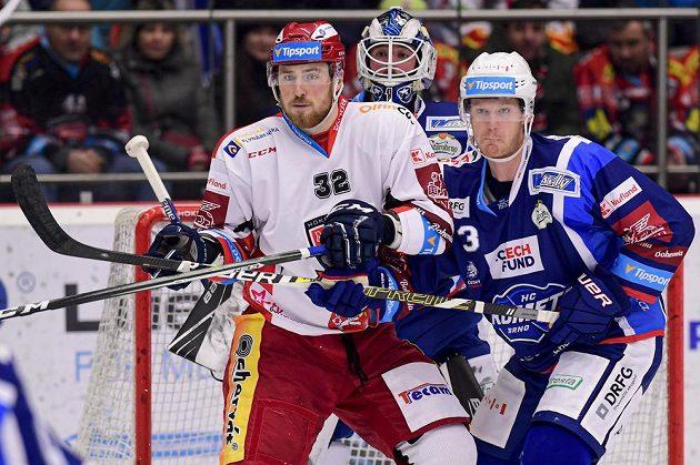 Jakub Lev z Hradce Králové, brankář Brna Marek Čiliak a Jack Glover z Brna v akci během extraligového utkání.