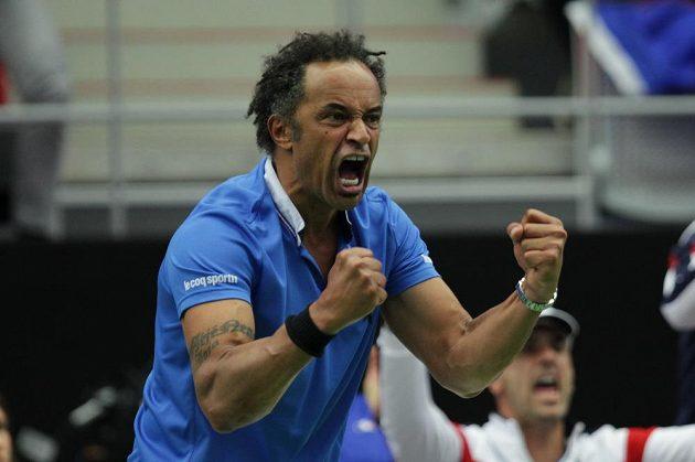Radost nehrajícího kapitána francouzského týmu Yannicka Noaha během zápasu Jo-Wilfrieda Tsongy s Lukášem Rosolem.