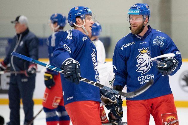 Dominik Kubalík (vlevo) a Jiří Novotný během tréninku hokejové reprezentace před turnajem Channel One Cup