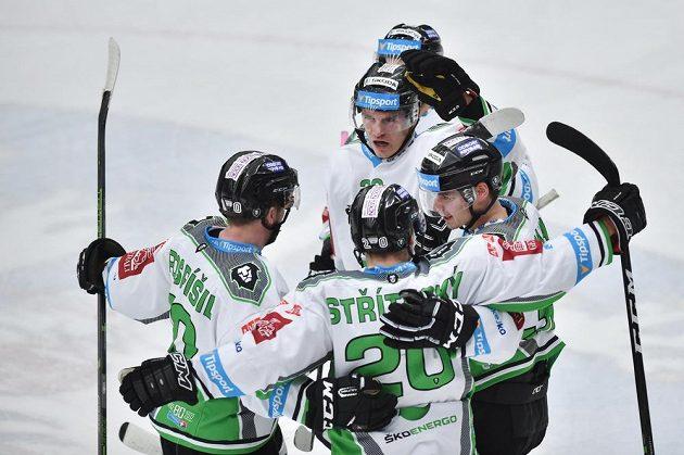 Hráči Boleslavi se radují z prvního gólu proti Plzni.