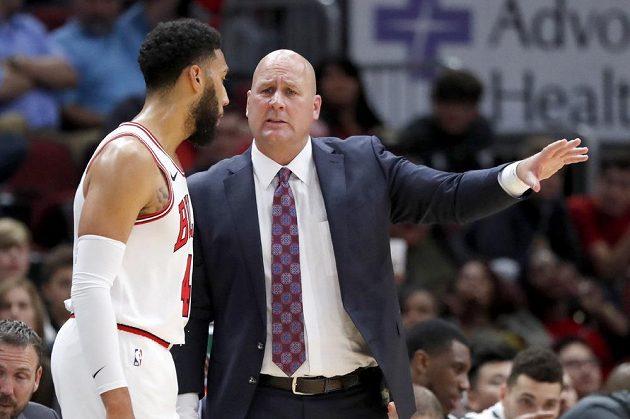 Trenér basketbalistů Chicaga Bulls Jim Boylen diskutuje s Denzelem Valentinem během přípravy proti Milwaukee Bucks.