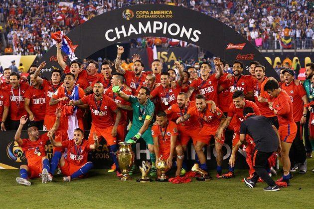 Radost Chilanů s trofejí po finálové výhře nad Argentinou.