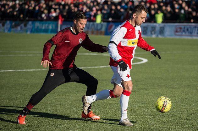 Radek Šírl ze Sparty a Ivo Ulich ze Slavie během tradičního Silvestrovského derby internacionálů.