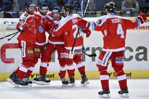 Hokejisté Olomouce se radují z vítězného gólu v Liberci.