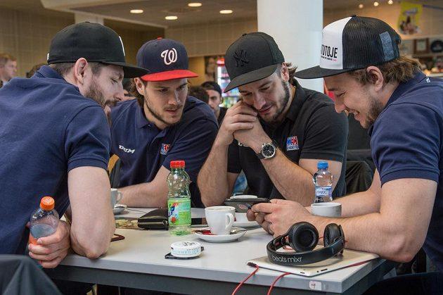 Reprezentanti zleva Michal Kempný, Tomáš Kundrátek, Martin Zaťovič a Jan Kovář krátce před odletem mužstva na MS do Moskvy.