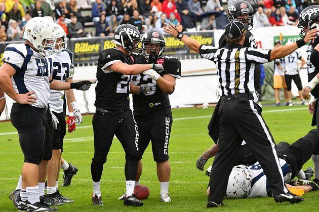 Radost Panthers (uprostřed) po touchdownu.