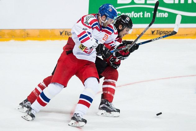 Český útočník Robert Kousal (vlevo) a kanadský obránce Christopher Tanev během přípravného zápasu v Praze.