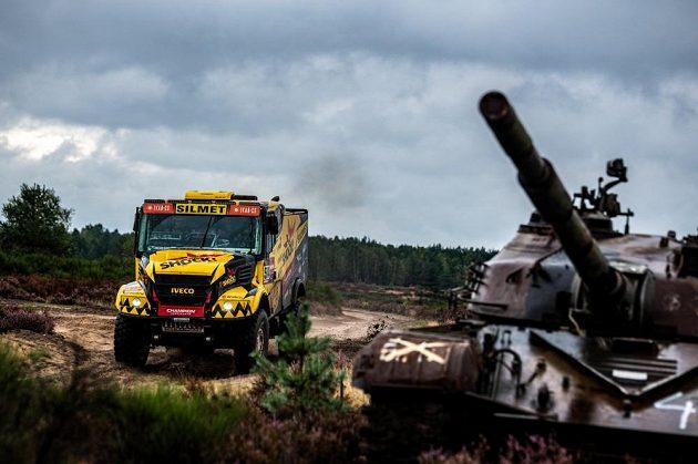 Martin Macík se řítí kolem tanku...