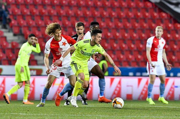 Alex Král ze Slavie a Martin Bukata z Karviné během čtvrtfinále fotbalového poháru.