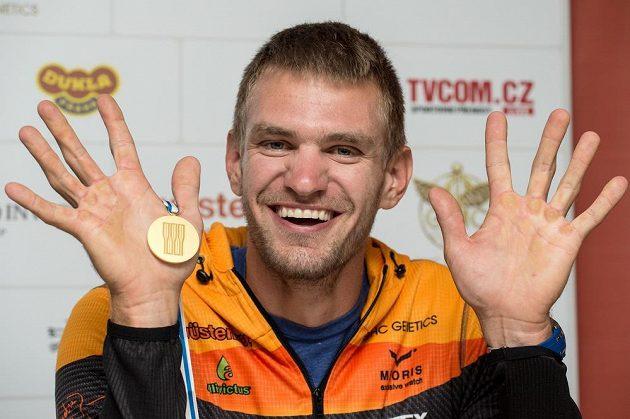 Ondřej Synek ze zlatou medailí z MS ve veslování ve Francii po návratu do Prahy.