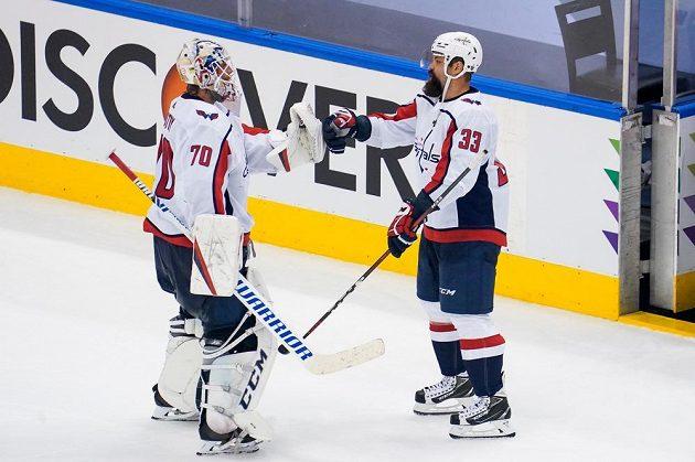 Gólman Washingtonu Capitals Braden Holtby (70) slaví výhru nad New York Islanders s obráncem Radko Gudasem (33).