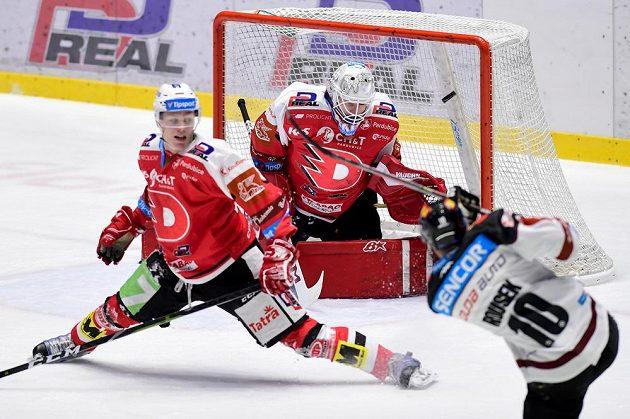 Lukáš Rousek (vpravo) ze Sparty střílí gól, uprostřed je brankář Pardubic Pavel Kantor.