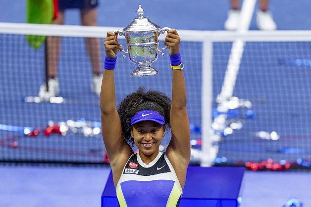 Japonská tenistka Naomi Ósakaová s trofejí pro vítězku US Open.