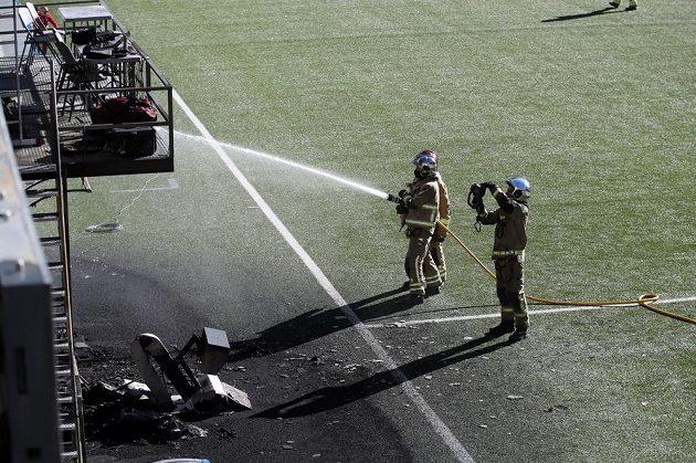 Hasiči likvidují požár před zápasem Andorra - Anglie, za své vzal VAR monitor.