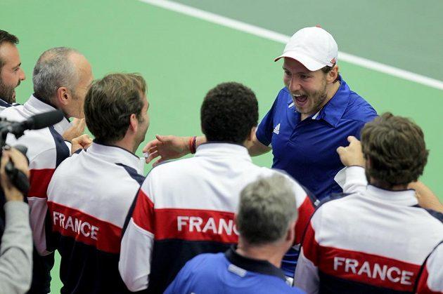 Lucas Pouille slaví s francouzským týmem výhru nad Jiřím Veselým.