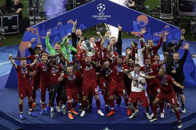 Liverpoolská radost po triumfu ve fotbalové Lize mistrů. S trofejí křepčí Jordan Henderson.