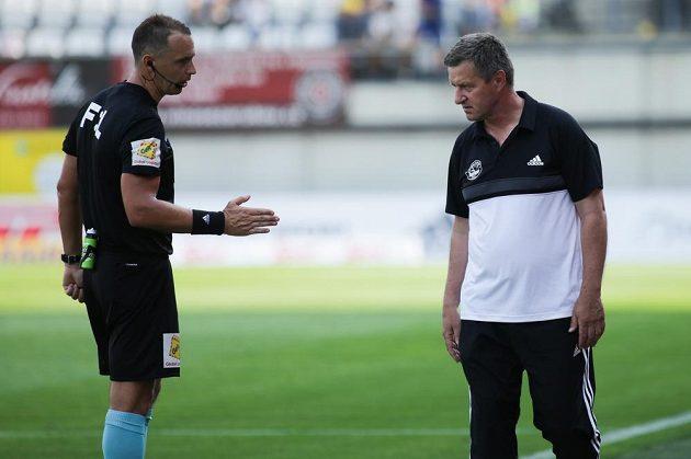 Zleva hlavní rozhodčí Pavel Julínek a trenér Zlína Josef Csaplár v utkání 2. kola fotbalové ligy.