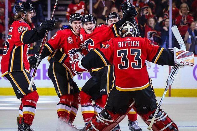 Radost hokejistů Calgary Flames v utkání NHL s Arizonou Coyotes. Slaví i český brankář David Rittich.