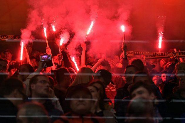 Bengálské ohně v Jihlavě. Fanoušci hokejové Dukly Jihlava slaví návrat týmu do nejvyšší soutěže po 12 letech.