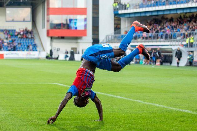 Záložník Plzně Joel Kayamba slaví saltem svůj gól v ligovém duelu s Olomoucí.